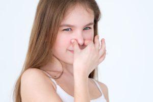 От ребенка мышиный запах