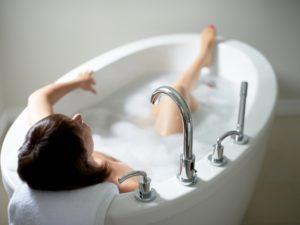 Горячая ванна при