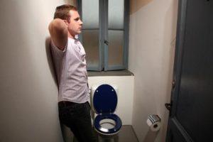 Ночью мужчина часто встаю в туалет