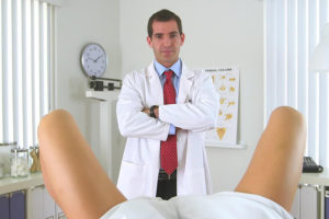 Мужчины на приеме у врача уролога женщины